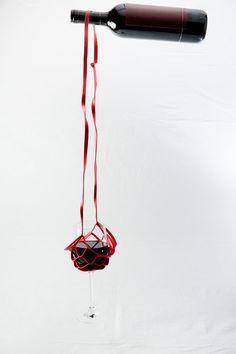 Weinglashalter um den Hals zu hängen  wine glass necklace leatherette light flexible. 7,90€