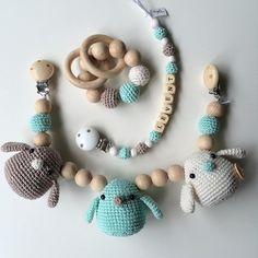 Ook dit leuke setje maakte ik deze week op bestelling.. #crochet #creativity #crochetlover #crochetaddict #crochetrattle #crochetinspiration #haken #haklen #handmade #hakeniship #kraamcadeau #wagenspanner #speenkoord #bijtring #rammelaar #rattle #babytoy #babygift #boystuff #babycrochet #instagramkoopjeshoek #photooftheday #instacrochet #instagood #angelshandmade