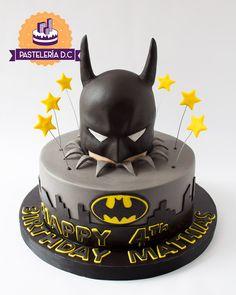 Torta con diseño personalizado de Batman / Batman cake. Batman Cake Pops, Batman Cake Topper, Lego Batman Cakes, Batman Birthday Cakes, Superhero Cake, Batman Party, Batman Cupcakes, Minion Cakes, Lego Cake
