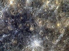 Superficie de Mercurio, la sonda Messenger completó recientemente más de centenar de órbitas alrededor de Mercurio. Sus cámaras han registrado imágenes detalladas, utilizando ocho colores diferentes en luz visible e infrarrojo, buscando pistas sobre la historia y evolución del primer planeta del sistema solar.