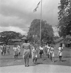 Meisjes lopen naar de ingang van een lesgebouw van een huishoudschool te jakarta, Indonesië (1947)