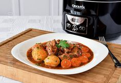 Reteta de gulas de vita la slow cooker Crock Pot era in plan de mult timp. De cum am primit aparatul acasa, mi-am zis ca un gulas preparat in acest slow-cooker ar fi absolut minunat. Slow Cooker Recipes, Crockpot Recipes, Cooking Recipes, Cooking Appliances, Bruschetta, Tandoori Chicken, Curry, Lunch, Dinner