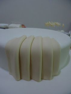 easy to do for a fabulous end result! Take a look at the finished cake shows step by step this pleating decoration.