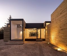 SIP M3 is a minimalist house located in Santiago, Chile, designed by Ian Hsü + Gabriel Rudolphy. The architects designed a structure completely based on SIP panels (structural insulated panels), supported on a grid of foundations that intervene minimally in the existing terrain. (13)