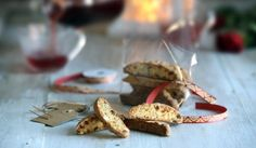 Kahteen kertaan paistettavat, hyvin säilyvät cantuccini-keksit tuovat terveiset Italiasta. Ne sopivat myös jouluiseen tuliaispussiin. #joulu #maajakotitalousnaiset #ruokaneuvot Place Cards, Place Card Holders, Food, Italy, Essen, Yemek, Meals