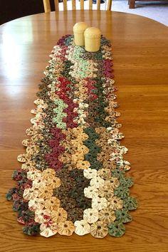 Yo-270 yos componen este camino de mesa grande. Es 50 pulgadas de largo y 11 pulgadas de ancho. Utilicé a telas 100% algodón en ricos tonos de verde, Burdeos, rosa, crema, marrón y oro. Los cuadros representan los colores con mucha precisión. Aunque muy sutil, hay un patrón de