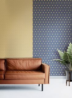 Metallic gold tones warm up modern wallpaper and add a touch of luxury to easily elevate any space. Gold Wallpaper, Modern Wallpaper, Golden Life, Oboe, Piece A Vivre, Gold Pattern, Decoration, Couch, Wall Art