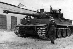 """Panzerkampfwagen VI Tiger (H) (8,8 cm) Ausf. H1 (Sd.Kfz. 182)  Un Tiger de la 13. Kompanie/II. Abteilung du Panzer-Regiment """"Großdeutschland"""" sur le front de l'Est."""