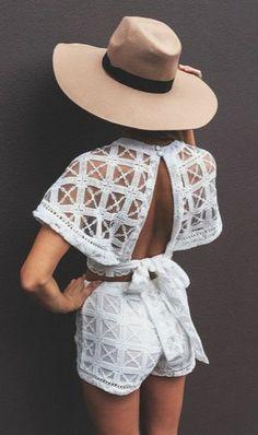 chapeau en feutre le combinaison en dentelle blanche, dos ouvert