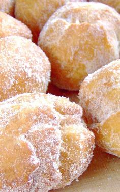 Recipe for Hawaiian Doughnuts – Malasadas – Malasadas are one of the all time favorite snacks. If you make these, prepare to rapidly become more popular with all of your friends. Hawaiian Desserts, Hawaiian Dishes, Hawaiian Recipes, Hawaii Food Recipes, Mexican Recipes, Breakfast And Brunch, Malasadas Recipe Hawaii, Malasadas Recipe Portuguese, Portuguese Donuts Recipe