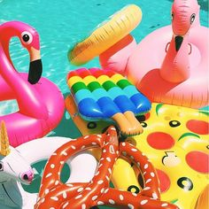 Infláveis coloridos. Festa na piscina. Pool Party.
