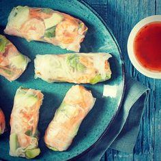 Heb je ze wel eens gegeten? De gezonde versie van de Vietnamese loempia, niet gefrituurd maar gewikkeld in heel kort geweekt rijstpapier? In dit recept vind je een versie van de healthy rolls met garnalen, knoflook, wortel en avocado. https://fitgirl.nl/food/gezonde-recepten/healthy-rolls-met-garnalen/ @leukerecepten_nl #leukerecepten #healthyfoodinspiration