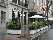 Terraza en Madrid C/ Santa Engracia, aisla de los coches y da más intimidad frente a la gente que pasea, delimitando el espacio y creando una sensación agradable con las plantas #jardineras