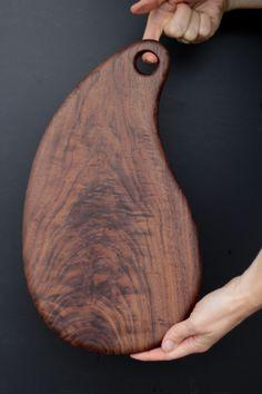 Image of Walnut Board Wooden Chopping Boards, Wood Cutting Boards, Woodworking Inspiration, Woodworking Projects, Wooden Cheese Board, Wooden Food, Kitchen Board, Small Wood Projects, Wood Creations