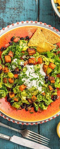 Step by Step Rezept: Bunte Süßkartoffel-Nacho-Bowl mit Guacamole, schwarzen Bohnen und Sour-Cream-Dip  Rezept / Kochen / Essen / Ernährung / Lecker / Kochbox / Zutaten / Gesund / Schnell / Frühling / Einfach / DIY / Küche / Gericht / Detox / Neujahr / Blog / 30 Minuten / Veggie / Vegetarisch / Avocado  #hellofreshde #kochen #essen #zutaten #diy #rezept #kochbox #ernährung #lecker #gesund #leicht #schnell #frühling #einfach #küche #gerichtv#trend #blog #nacho #bowl #süßkartoffel #avocado