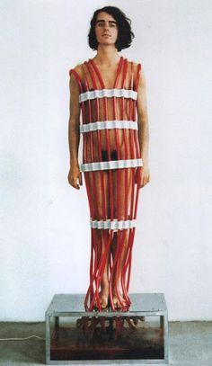 Rebecca Horn | Overflowing Blood Machine, 1970 [materiali: vetro, metallo, plastica, pompa elettrica, acqua e colorante; dimensioni, collezione: Tate]
