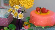 Bolo rosa de biscuit e passaros