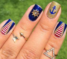 Bellísimas uñas marinas.  Me encanta la combinación del rojo con azul y dorado.