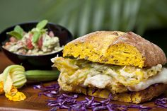 Per preparare lhamburger: trifolate le zucchine e il topinambur in padella, aggiungetele alla purea di ceci con qualche cucchiaio di pan grattato,...
