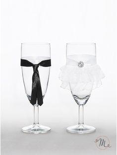 Set 2 calici - Sposi eleganti.  Brindate con questi bellissimi ed originali calici. Ideali anche come regalo di nozze, renderanno il momento del brindisi ancora più emozionante. Confezione da 2 calici. #allestimenti #bicchieri #vestitisposi #vestitiperbicchieri #vestitidasposiperbicchieri #wedding #weddingideas #ideasforwedding #setcalici #bicchierisposi #brindisi #brindisimatrimonio