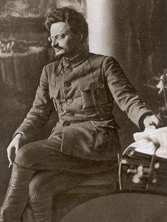Rusyada devrimi başlatan Stalin yanındaki diğer lider adayı! Stalin tüm otoriteyi eline o geçirince ulkeyi terketmek zorunda kaldı!! Meksika'da villasında Sovyetler birliğinin kurulmasından kısa süre sonra arkadan kafasına sıkılan KGB kurşunuyla öldürüldü (infaz edildi))! Dönemin ruh halini gösteren önemli örnek!!!!!! Ülke dışında bile tehlike var fakat Çar Ailesinin kuveetli üyesi Maria Feodorovna yaşamakta ve Rusya'da torunumu bulun ilanı verebilmektedir!! Leon