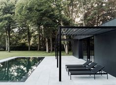 Patio in front of black house with swimming pool. CD Poolhouse by Marc Merckx Interiors Modern Pool House, Moderne Pools, Black Pergola, Swimming Pool Designs, Pergola Patio, Curved Pergola, Cheap Pergola, Wooden Pergola, Covered Pergola