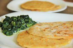 Parathas (galettes indiennes) de carottes 2carottes Cumin, curcuma, paprika, piment en poudre, coriandre moulue Coriandre fraîche Graines d'aijowan (à roussir pour moi faute de mieux) 1filet d'huile d'olives 150g de farine T.65 1cuil à caf de sel 8cl d'eau