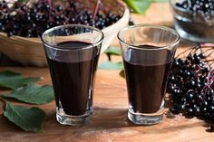 This homemade elderberry syrup boosts the immune system and is great for colds and flu. Add this natural remedy cough syrup to your medicine chest. Home Remedies For Strep, Strep Throat Remedies, Natural Flu Remedies, Natural Cancer Cures, Sante Bio, Flu Symptoms, Medical Prescription, Cancer Treatment, Natural Treatments
