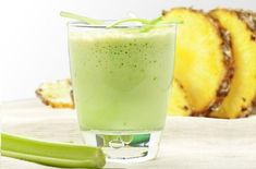 Poderosa bebida natural para limpar o intestino, diminuir o colesterol e perder peso! Celery Smoothie, Celery Juice, Juice Smoothie, Smoothie Detox, Fruit Juice, Pineapple Juice, Weight Loss Smoothies, Healthy Smoothies, Healthy Drinks