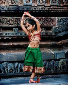 As coisas boas vêm quando estamos distraídos.  Foto: dança Bharatanatyam (em tâmil: भरतनटयम) é uma dança clássica originada em Tamil Nadu no sul da Índia. A dança contém o abhinaya (expressões de rosto e olhos) mudrás (gestos das mãos) e yantras (posturas do corpo). É a reconstrução do século XX da arte dos dançarinos dos templos cuja antiguidade permanece um mistério.  Clicada por: @go4kris