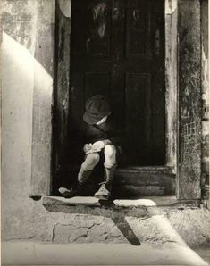 Roman Vishniac Jewish Boy Writing to His Absent Mother, Who is Working in Łódź, Warsaw, Poland 1937 Old Photographs, Old Photos, Vintage Photos, Famous Photos, Vintage Stuff, Roman, Russian American, Central And Eastern Europe, Black And White Photography
