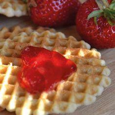 Feine Waffeln mit Herz aus Konfitüre Waffles, Breakfast, Food, Waffle Iron, Oven, Heart, Recipies, Waffle, Hoods