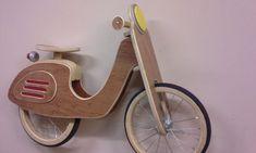 Je suis un professeur de collège récemment retraité et un cycliste passionné. Ces mois dhiver mont placé dans ma boutique où jai construit plusieurs type de cycle sculptures de mur. Ce vélo déquilibre est conçu pour être Vespa comme. Les roues sont 12 et en bois. Dans lensemble, les dimensions sont 34 po. x 24 po. Cette moto ne doit ne pas être monté - cest art de mur ! Jai aussi une roue haute Mini à vendre.