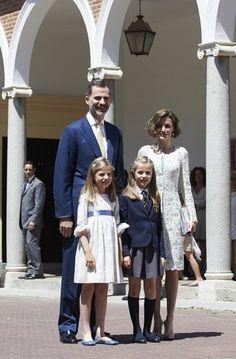 Infantin Leonor, die Tochter von Spaniens König Felipe und seiner Frau Letizia, hat am Mittwoch Kommunion gefeiert. Die künftige Königin kam nicht in festlichem Kleid, sondern in ihrer #Schuluniform zur Messe.