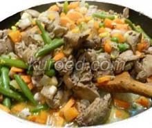 Куриная печень в сметане, жареная с овощами