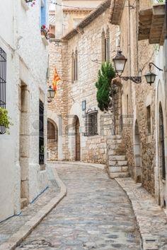 Calle de piedra vieja en Sitges, Cataluña,cerca de Barcelona Sitges, Wonderful Places, Beautiful Places, Voyage Rome, Europe, Luxury Accommodation, Spain Travel, Portugal, Places To Visit