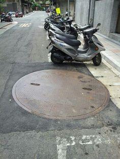 華江里目前進行衛生下水道全面更新所以各巷道都設置有工作井提醒大家注意安全
