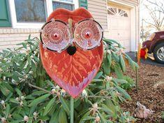 Garden art Owl stake ceramic glass metal by Gartenkunst Eulenpfahl Keramik Glas Meta Glass Garden Flowers, Glass Plate Flowers, Glass Garden Art, Metal Garden Art, Flower Plates, Garden Totems, Garden Owl, Garden Whimsy, Garden Crafts