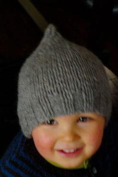 Knitting - Free pattern in French - Tuto petit bonnet - tricot Baby Knitting Free, Knitting For Kids, Knitting Projects, Fingerless Gloves Knitted, Knitted Hats, Crochet Yarn, Knitting Yarn, Patron Crochet, Baby Kind