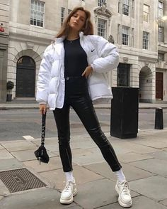 RedonWhite - How to wear puffer jackets this winter. The perfect way to style a puffer jacket in winter. Winter Mode Outfits, Cold Weather Outfits, Streetwear Mode, Streetwear Fashion, Outfits For Teens, Trendy Outfits, White Jacket Outfit, Jugend Mode Outfits, Casual Chique