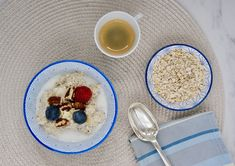 Overnight porridge aux petits fruits Cereal, Oatmeal, Breakfast, Food, Dried Fruit, Toasted Coconut, Raspberry, Seasonal Fruits, Eten