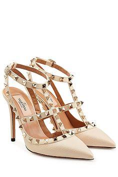 Goldschatz für alle, die die klassische Valentino-Eleganz lieben und gleichzeitig einen Hang zu edgy Nieten haben: die spitzen Stilettos aus Leder von Valentino mit den typischen Rockstud-Nieten #Stylebop
