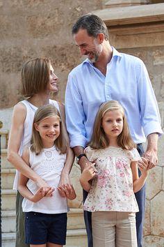 Felipe VI rey español (top I) y la Reina Letizia (subir L) posan con sus reales hijas  la Princesa Leonor (inferior R) y infanta Sofía en el Palacio de Marivent, en la isla de Mallorca el 3 de agosto de 2015. La familia real pasa tradicionalmente sus vacaciones de verano en el Palacio de Marivent.