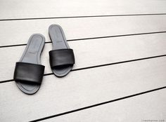 linesmanner.com  Slide sandals in black - By Everlane Holidays shoes situation.