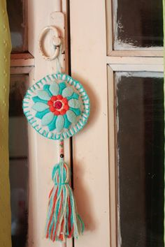 """Colgante bordado a mano ♥  #Bordado #Handmade #Embroidery   Facebook: """"Lennon…"""