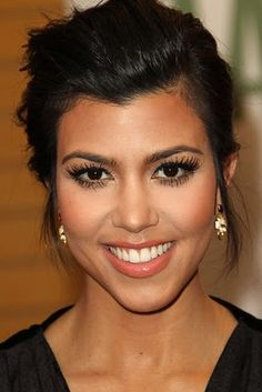 Eyebrow- I need to fix mine...they are 22 years waiting for these eyebrows to be in style and now...they are gigantic!! Kourtney Kardashian- perfect makeup!