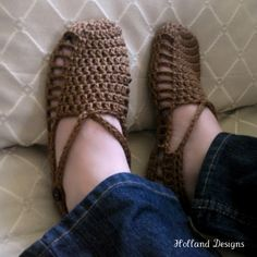 These super easy crocheted sandals are my version of a traditional Turkish house shoe pattern. They work up super fast also! Made to measure: Pattern inclu Quick Crochet, Crochet Home, Crochet Crafts, Crochet Projects, Knit Crochet, Crochet Sandals, Crochet Slippers, Clog Slippers, Baby Slippers