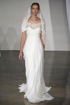 Vestido de novia largo en color blanco con cuello amplio y transparencias - Foto Marchesa