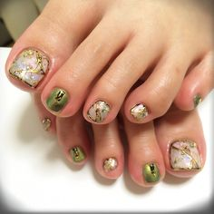 I usually dont like green but in this case it looks good Pedicure Designs, Pedicure Nail Art, Toe Nail Designs, Toe Nail Art, Nails Only, Love Nails, Pretty Nails, Feet Nail Design, Feet Nails