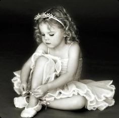 Little girls in tutus are just too adorable! ballet ~ it's never too soon to start the love affair Dance Like No One Is Watching, Just Dance, Photo Bb, Photo Portrait, Little Ballerina, Ballerina Poses, Ballet Photography, Dance Poses, Tiny Dancer